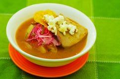 Очень вкусное тушёное мясо рыб encebollado от крупного плана блюда традиционной еды эквадора национального Стоковое Изображение RF