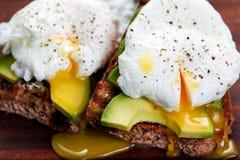 Очень вкусное яичко с всем зерном зажарило хлеб и отрезало авокадо стоковое фото