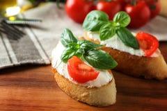 Очень вкусное bruschetta с томатами на деревянном столе, Стоковое Изображение RF