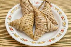 Очень вкусное Ketupat Daun Palas готовое для еды на фестивале Eid стоковые фотографии rf