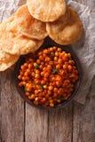 Очень вкусное masala и puri Chana индейца Вертикальное взгляд сверху Стоковая Фотография