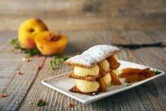 Очень вкусное mille-feuille на деревянной предпосылке, selectiv персика Стоковая Фотография RF