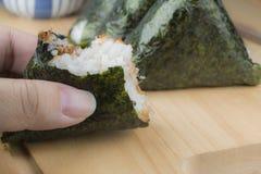 Очень вкусное onigiri (шарик риса) Стоковые Фото