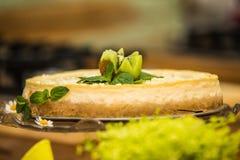 Очень вкусной торт испеченный помадкой с плодоовощ Стоковые Изображения