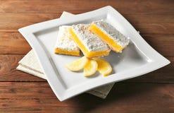 Очень вкусные бары пирога лимона на деревянной предпосылке Стоковое фото RF