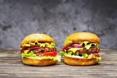 Очень вкусные бургеры на деревянном столе Стоковое фото RF