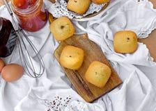 Очень вкусные булочки испекут на таблице - сладостном удовольствии Стоковая Фотография RF