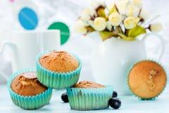 Очень вкусные булочки на праздничной таблице с букетом цветков Стоковые Фотографии RF