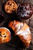 Очень вкусные булочки шоколада, круассаны и темный шоколад соединяют Стоковая Фотография