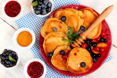 Очень вкусные блинчики с свежими ягодами, вареньем и медом Стоковое Изображение