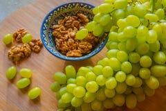 Очень вкусные виноградины и грецкие орехи Стоковые Изображения