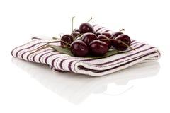 Очень вкусные вишни на ткани Стоковое фото RF