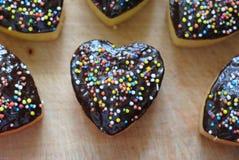 Очень вкусные в форме сердц булочки с порошком стоковые фотографии rf