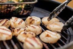Очень вкусные горячие scallops моря жаря на угле жарят Стоковое фото RF