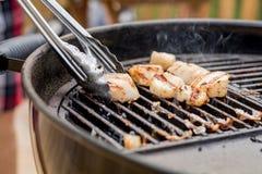 Очень вкусные горячие scallops моря жаря на угле жарят Стоковые Изображения RF