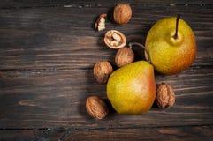 Очень вкусные груши и грецкие орехи Williams на деревенском деревянном столе Стоковое Изображение RF