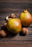 Очень вкусные груши и грецкие орехи Williams на деревенском деревянном столе Стоковые Фотографии RF