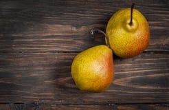 Очень вкусные груши Williams на деревенском деревянном столе Стоковая Фотография RF