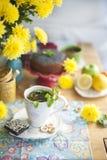 Очень вкусные домодельные печенья с маковыми семененами и свежими ягодами на таблице завтрака Большой букет желтых цветков Осень Стоковое фото RF