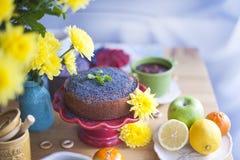 Очень вкусные домодельные печенья с маковыми семененами и свежими ягодами на таблице завтрака Большой букет желтых цветков Осень Стоковое Фото