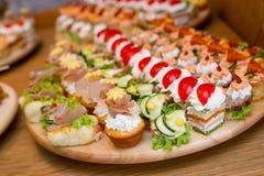 Очень вкусные закуски еды аранжированные на плите стоковые фото