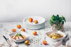 Очень вкусные закуски на белой таблице Вид ассортимента очень вкусного завтрака, открытого космоса на белой деревянной предпосылк стоковое фото