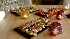 Очень вкусные закуски на, который служат таблице в ресторане стоковые изображения