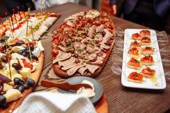 Очень вкусные закуски на таблице catering стоковое фото