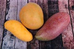 Очень вкусные 3 зрелых манго на древесине как манго Mahachanok, манго R2E2 Стоковая Фотография RF