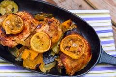 Очень вкусные испеченные бедренные кости цыпленка с кусками, луком и zucc лимона Стоковые Изображения