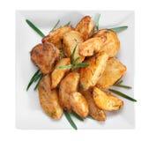 Очень вкусные испеченные картошки с розмариновым маслом на изолированной плите, Стоковые Фотографии RF