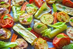 Очень вкусные испеченные овощи на пергаменте Стоковые Изображения