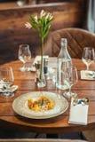 Очень вкусные испеченные рыбы с кренами и соусом овоща, который служат с травами, фотография продукта для исключительного рестора стоковые изображения rf