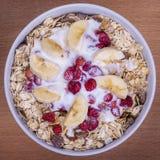 Очень вкусные и здоровые granola или muesli, с сериями сухих плодоовощей, гаек, ягод и зерен стоковая фотография