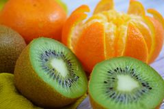 Очень вкусные и свежие tangerines и кивиы стоковая фотография rf