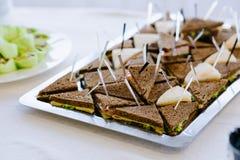 Очень вкусные канапе закуски черного хлеба на протыкальниках Стоковые Изображения RF