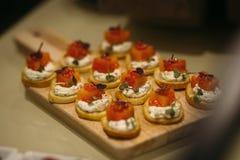 Очень вкусные канапе с семгами как блюда Стоковые Фото