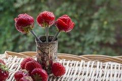 Очень вкусные клубники как цветки с много клубник на плетеной циновке Стоковое Фото