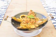 Очень вкусные макаронные изделия морепродуктов смешивания на древесине стоковые фото