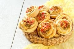 Очень вкусные домодельные плюшки с овощами и сыром Стоковое Изображение
