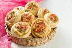 Очень вкусные домодельные плюшки с овощами и сыром Стоковое фото RF