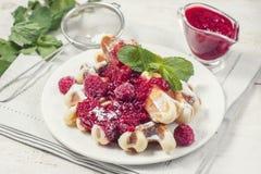 Очень вкусные домодельные waffles для завтрака, с полениками Стоковая Фотография