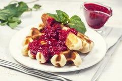 Очень вкусные домодельные waffles для завтрака, с полениками Стоковая Фотография RF