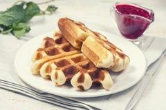 Очень вкусные домодельные waffles для завтрака, с полениками Стоковое Изображение RF