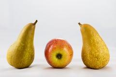 Очень вкусные, очень вкусные зрелые яблоки и груши на белой предпосылке Стоковые Изображения RF