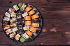Очень вкусные пестротканые крены суш uramaki установили, большой ассортимент стоковые фото
