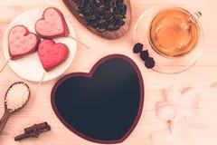 Очень вкусные печенья в форме сердца на белой плите на деревянной предпосылке чай чашки зеленый Завтрак Стоковая Фотография RF