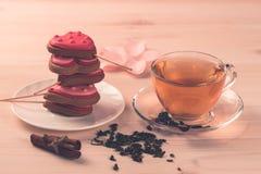 Очень вкусные печенья в форме сердца на белой плите на деревянной предпосылке чай чашки зеленый Завтрак Стоковое Фото