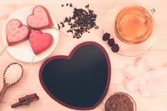 Очень вкусные печенья в форме сердца на белой плите на деревянной предпосылке чай чашки зеленый Завтрак Стоковое фото RF
