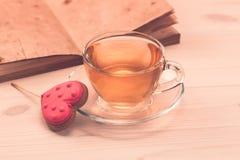 Очень вкусные печенья в форме сердца на белой плите на деревянной предпосылке чай чашки зеленый Завтрак Стоковые Фото
